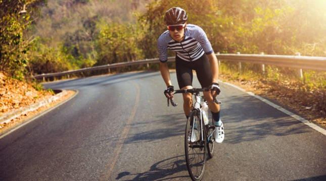 hombre-bicicleta-carretera